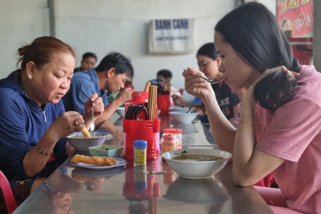 Quán bánh canh cá lóc vùng ven Đà Nẵng, mỗi sáng bán 350 tô - 1
