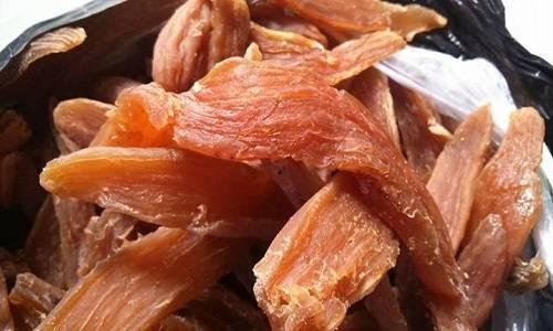 Khoai deo Khoai deo trước đây được người Quảng Bình làm để dự trữ, sử dụng vào mùa mưa lũ, ngày nay được bày bán quanh năm cho khách du lịch. Khoai thường được chế biến từ loại khoai lang đỏ trồng trên đất thịt, sau khi luộc xong sẽ cắt thành từng lát và phơi khô khoảng 10 đến 12 nắng, độ dẻo của lát khoai tùy thuộc vào số lần phơi nắng ít hay nhiều. Khoai deo ăn có vị ngọt bùi, bạn có thể ăn ngay hoặc nấu chè. Ảnh: Hải Đăng.