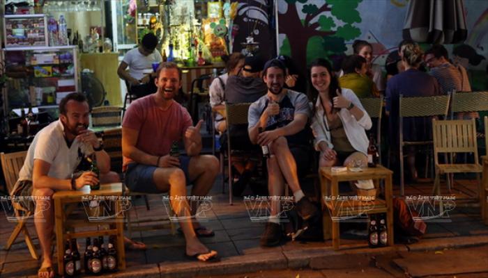 10 lý do khiến du khách 'chết mê' phố đi bộ Hà Nội